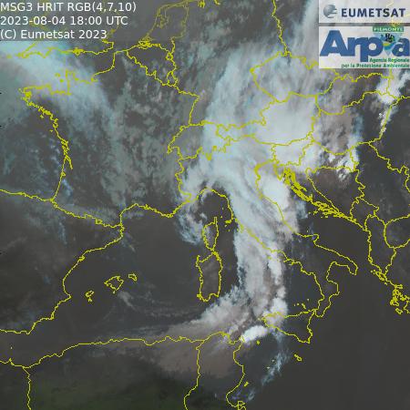 Immagine requisita da satelite rappresentante l'italia e parte dell'europa con situazione nuvolosità